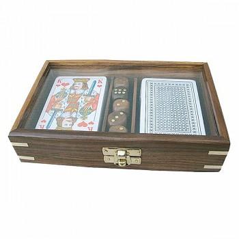 Karty na poker a hrací kostky v dárkovém boxu