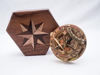 Mosazný sextant sundial v dřevěném boxu