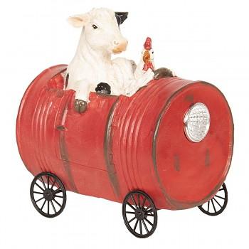 Kráva se slepicí v pojízdném sudu