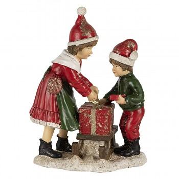 Děti vezou dárek na saních