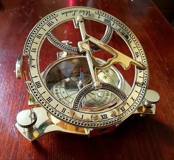 Mosazný kompas se slunečními hodinami West London