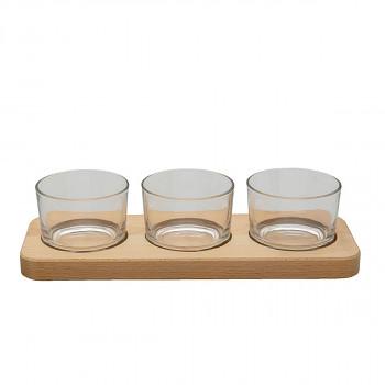 Tři skleničky na dřevěném tácku