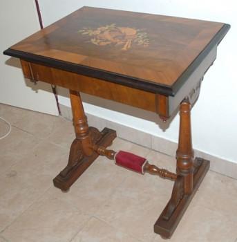 Dámský vyšívací stolek s intarzií Biedermeier