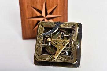 Mosazný kompas Dollond London v dřevěném boxu